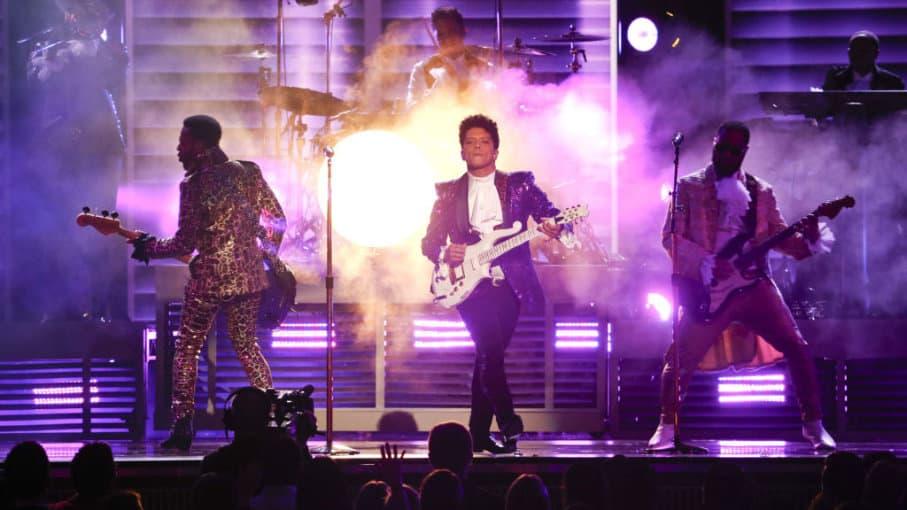 Bruno Mars se presenta durante los 59º Premios Grammy