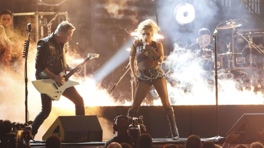 Lady Gaga y Metallica actúan durante los 59º premios Grammy