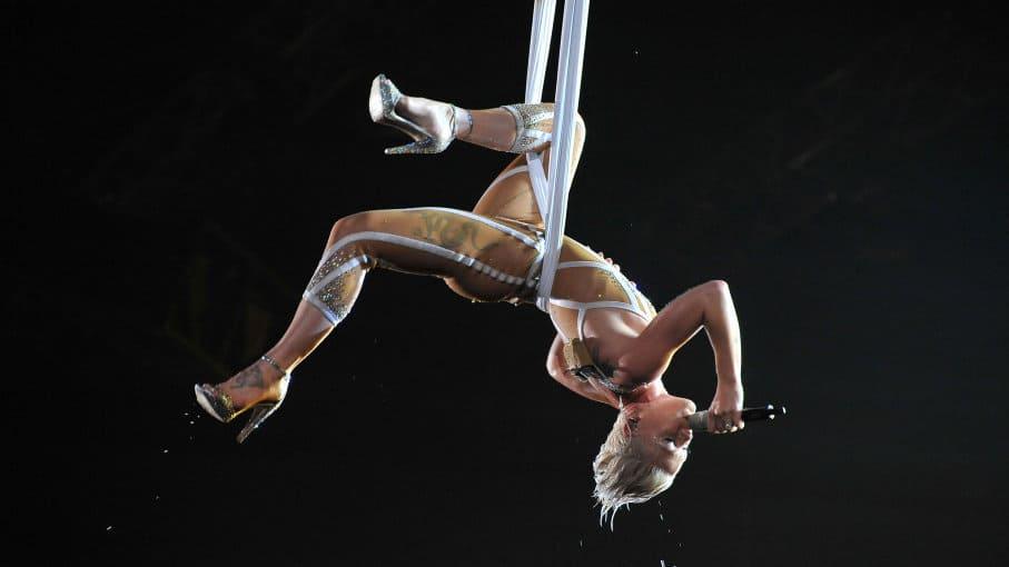 Pink canta mientras hace un increíble acto de trapecio en los 52º Premios Grammy
