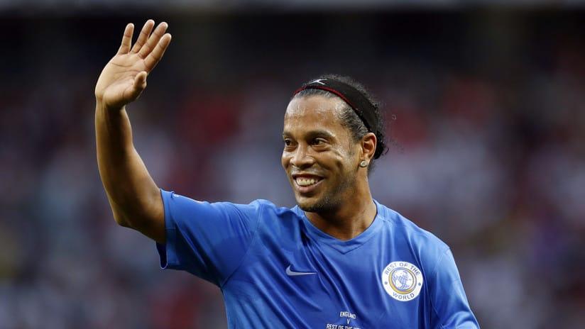 Ronaldinho se retira, de forma oficial, tras dos años alejado de los terrenos de juego.
