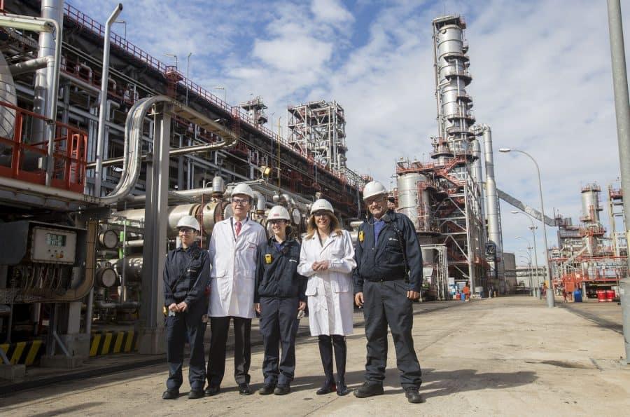 Cepsa 2030. Cepsa invertirá 1.000 millones de euros en Andalucía. Pedro Miro y Susana Diaz en el recorrido a la zona de produccion de Refineria La Rabida Cepsa