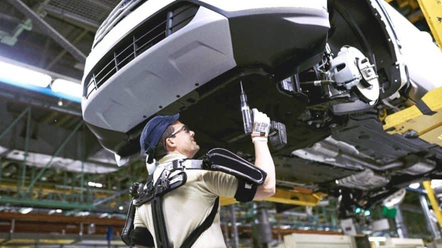 Exoesqueletos. Ford integra por primera vez en el mundo exoesqueletos en su planta de Almussafes