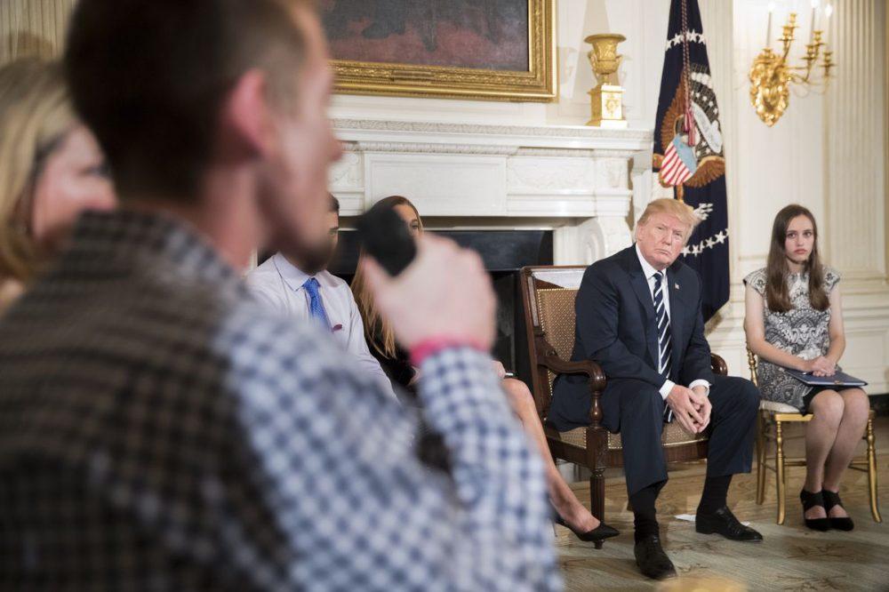 Sobrevivientes del tiroteo en Florida se reunieron con Donald Trump