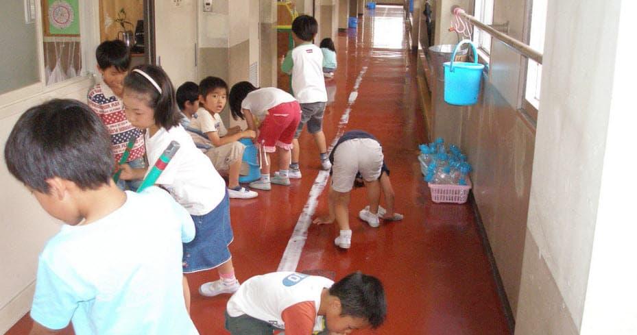 ¿Los niños deben limpiar sus propias escuelas? Japón dice que si