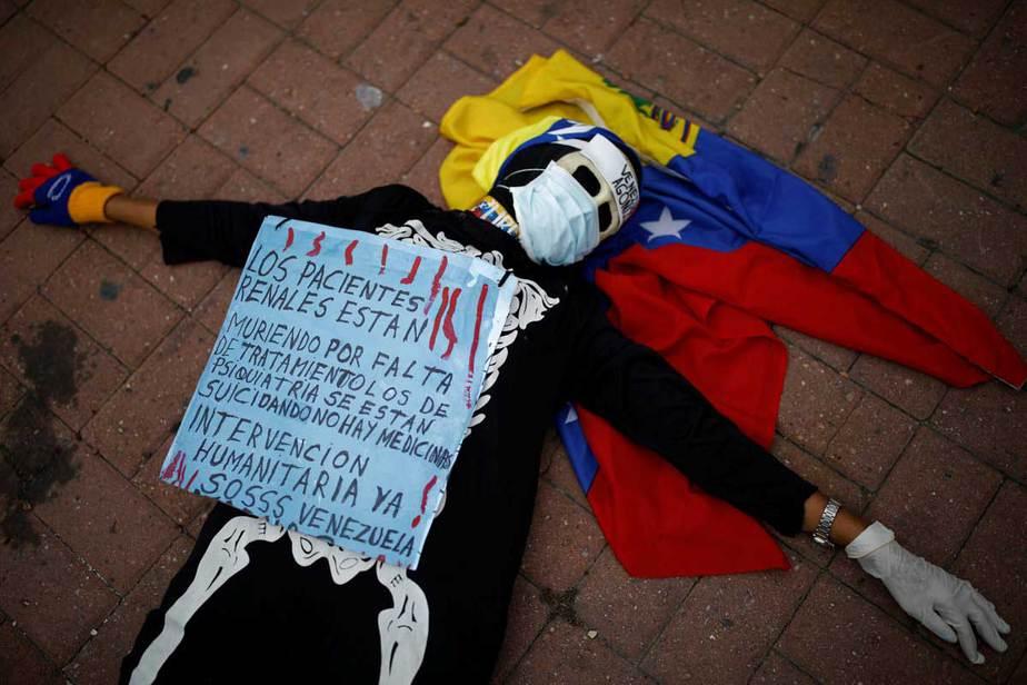 """Una mujer que llevaba un traje de esqueleto participa en una protesta contra la escasez de medicamentos en Caracas, Venezuela 8 de febrero de 2018. La pancarta dice: """"Los pacientes renales están muriendo por falta de medicamentos, los pacientes psiquiátricos se suicidan. No hay medicinas. La intervención humanitaria , ahora. SOS Venezuela """". REUTERS / Carlos Garcia Rawlins"""