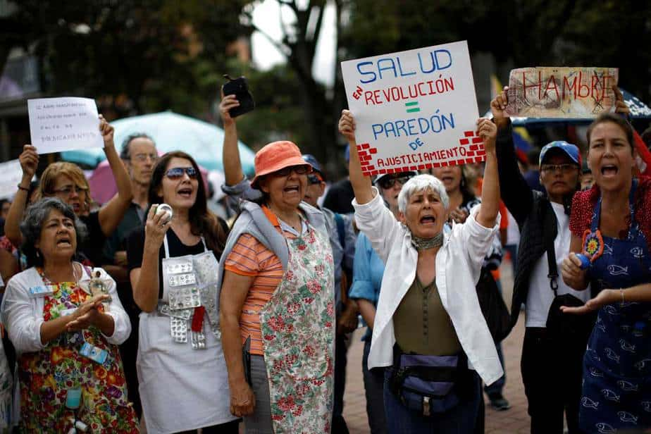 """La gente toma parte en una protesta contra la escasez de medicamentos en Caracas, Venezuela, el 8 de febrero de 2018. La pancarta dice """"Salud en revolución = muro de ejecución"""". REUTERS / Carlos Garcia Rawlins"""