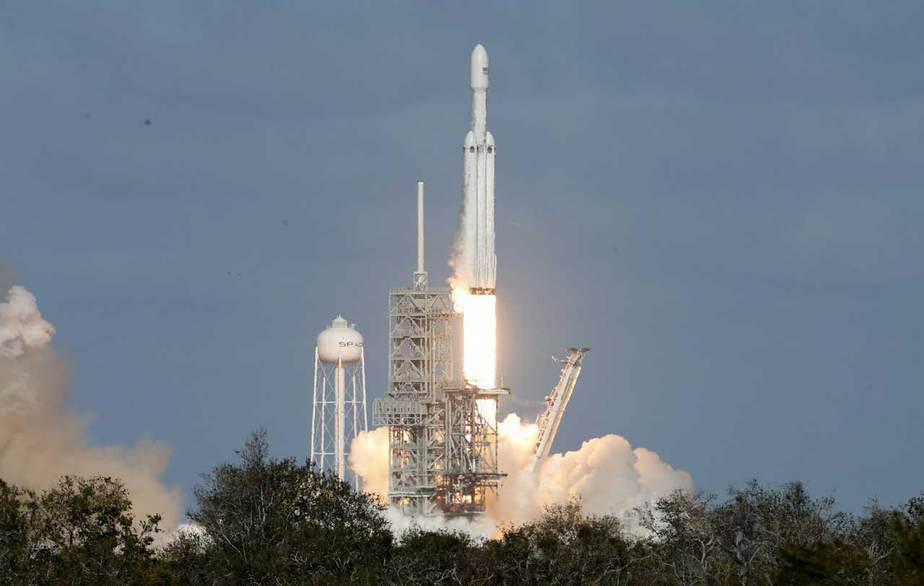 El SpaceX Falcon Heavy se eleva desde la histórica plataforma de lanzamiento 39-A en el Centro Espacial Kennedy en Cabo Cañaveral, Florida. (Reuters / Joe Skipper)
