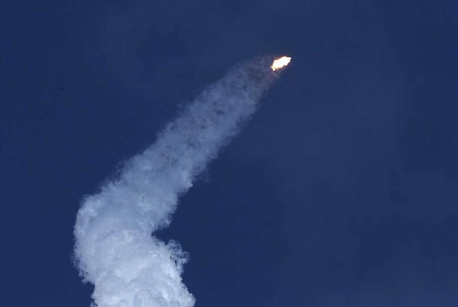 El cohete se eleva desde la histórica plataforma de lanzamiento 39-A en el Centro Espacial Kennedy en Cabo Cañaveral, Florida. (Reuters / Joe Skipper)