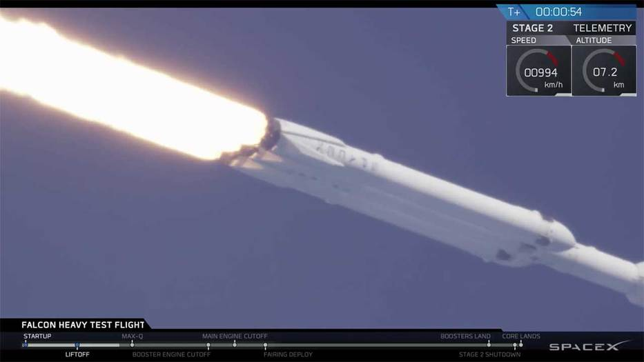 Una foto de la transmisión en vivo de SpaceX del lanzamiento de Falcon Heavy. (SpaceX / YouTube)