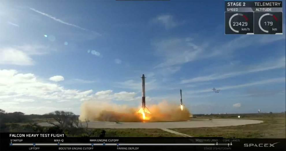 Un alambique de la transmisión en vivo de SpaceX del lanzamiento de Falcon Heavy, mostrando los propulsores laterales del cohete Falcon Heavy volviendo a la plataforma de aterrizaje. (SpaceX / YouTube)