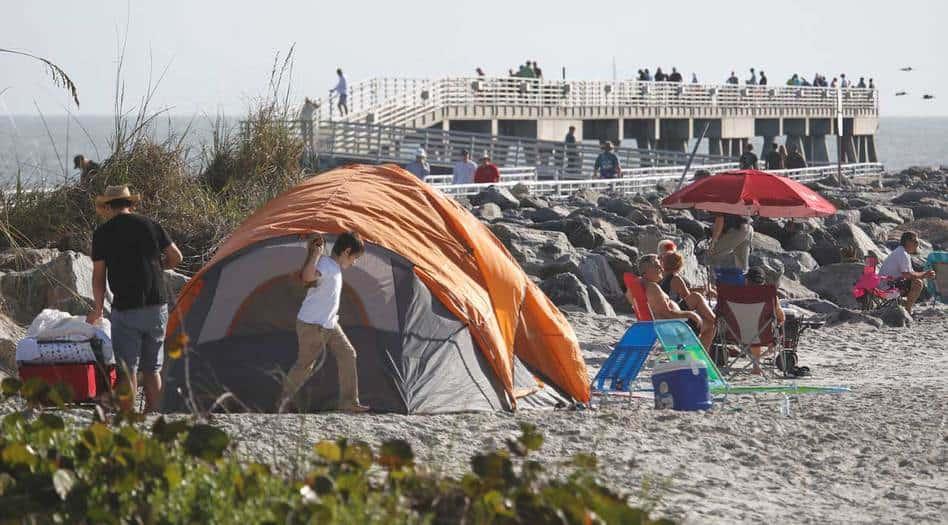 Los visitantes se ubican cerca del muelle de pesca en Jetty Park y Cocoa Beach para ver el lanzamiento del primer cohete Falcon Heavy de SpaceX desde el Centro Espacial Kennedy el 6 de febrero. (Reuters / Gregg Newton)