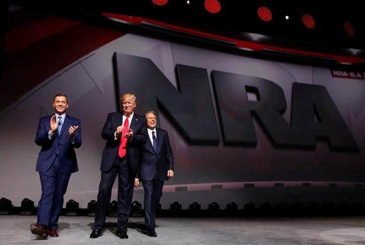 Trump junto a la directiva de la Asociación del Rifle