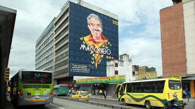 Gabriel García Márquez en un edificio de un barrio de Bogotá.