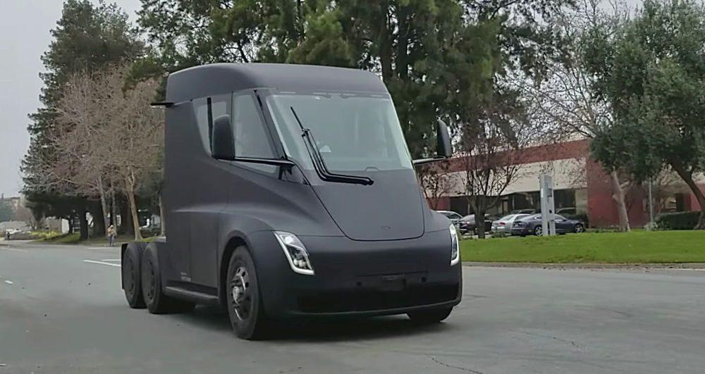 Camiones eléctricos de Tesla dentro de DHL