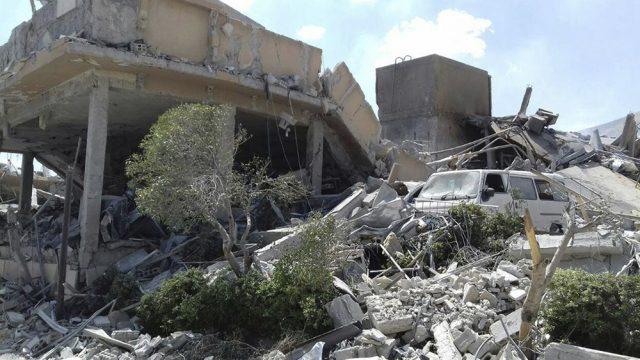 Una foto publicada por la agencia de noticias oficial siria SANA muestra el daño del Centro de Investigación Científica Sirio en Barzeh, cerca de Damasco el sábado