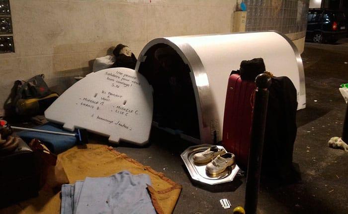 Unos iglús en París están ayudando a las personas sin hogar