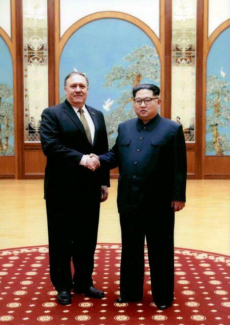 Las fotos de Pompeo y Kim Jong-un desveladas por EEUU
