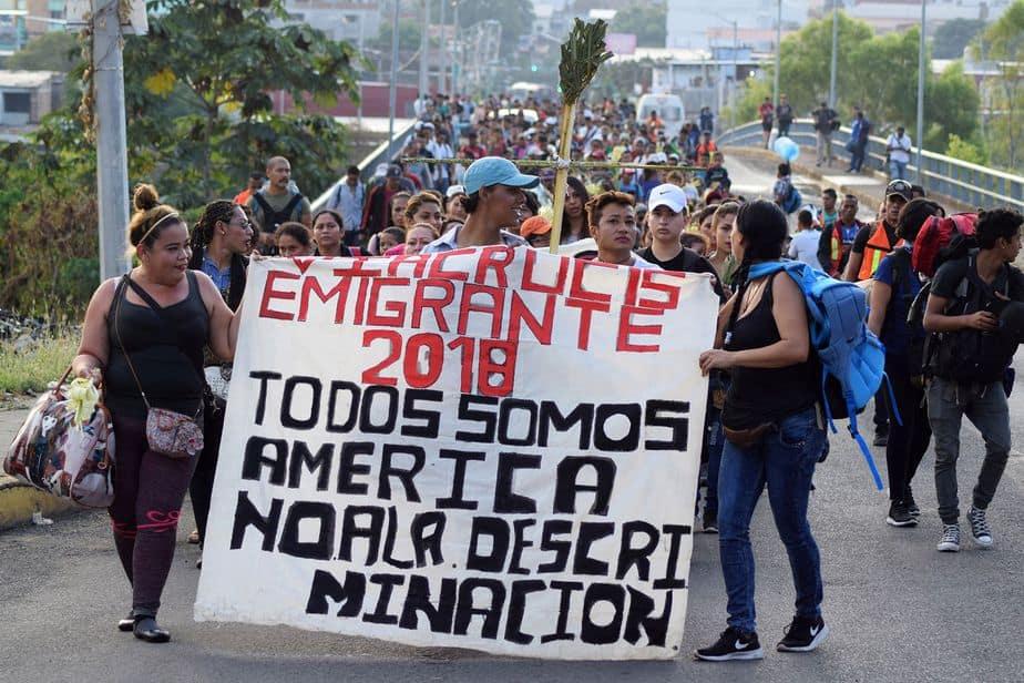 """Su pancarta dice """"Todos somos América. No a la discriminación"""". (Reuters / José Torres)"""