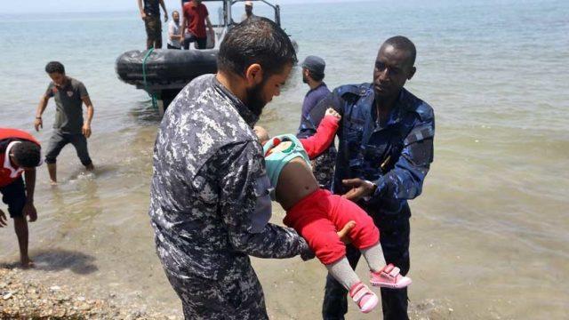 Fotos: Tres bebés muertos tras el naufragio migrante frente a Libia