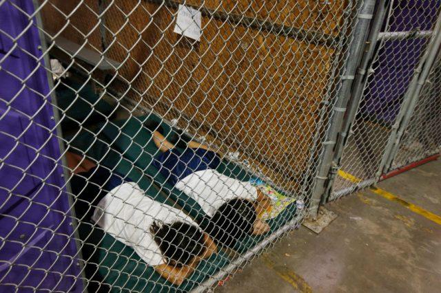 En esta foto de archivo del 18 de junio de 2014, dos detenidas duermen en una celda del Centro de Adjudicación de Aduanas y Protección de Fronteras de Nogales, en Nogales, Arizona
