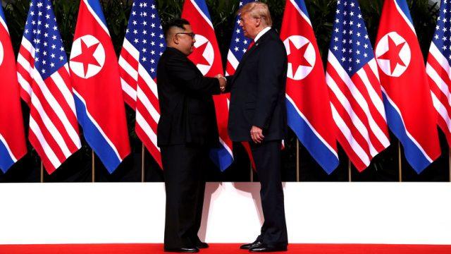 Trump y Kim Jong-Un estrechan manos en Singapur
