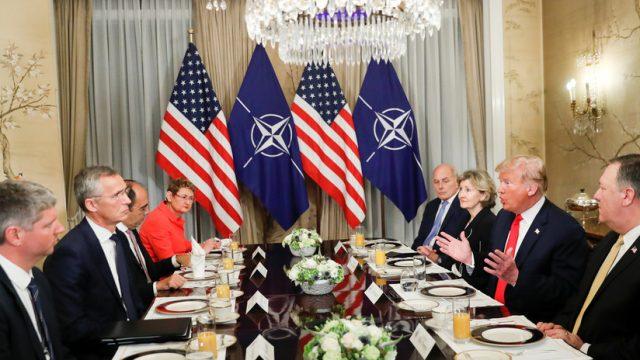 Representantes de la OTAN y EE.UU. durante un desayuno de trabajo, Bruselas, Bélgica, 11 de julio de 2018.