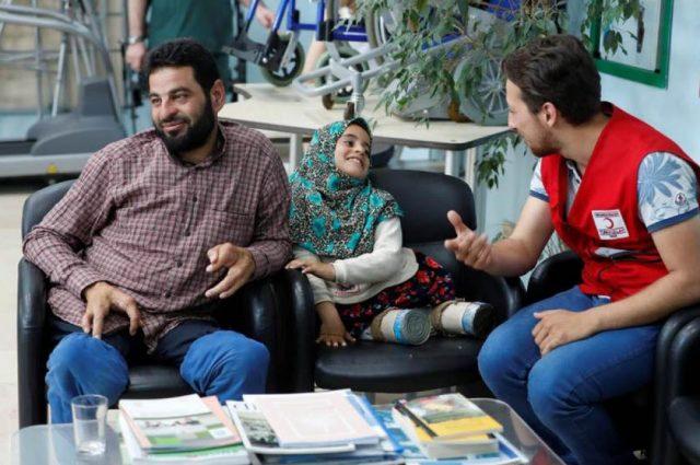 Maya Merhi, de 8 años, espera con su padre Muhammed Ali Meri en un centro de prótesis en Estambul, Turquía, el 5 de julio de 2018. Fotografía tomada el 5 de julio de 2018. REUTERS