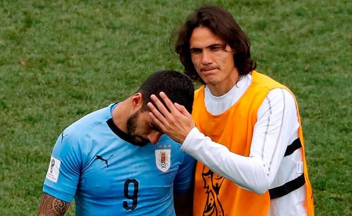 Mundial 2018: Uruguay Francia: Suárez (9) recibe un abrazo de su compañero Edinson Cavani