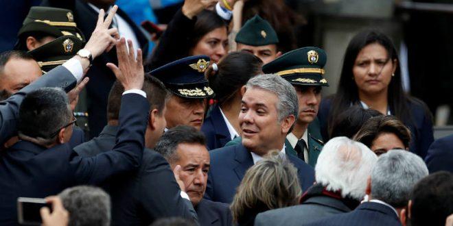 Iván Duque asume la presidencia de una Colombia dividida y con una débil economía