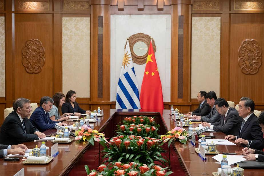 Ministros de exteriores de China, Wang Yi, y Uruguay, Rodolfo Nin Novoa, durante su reunión en Beijing