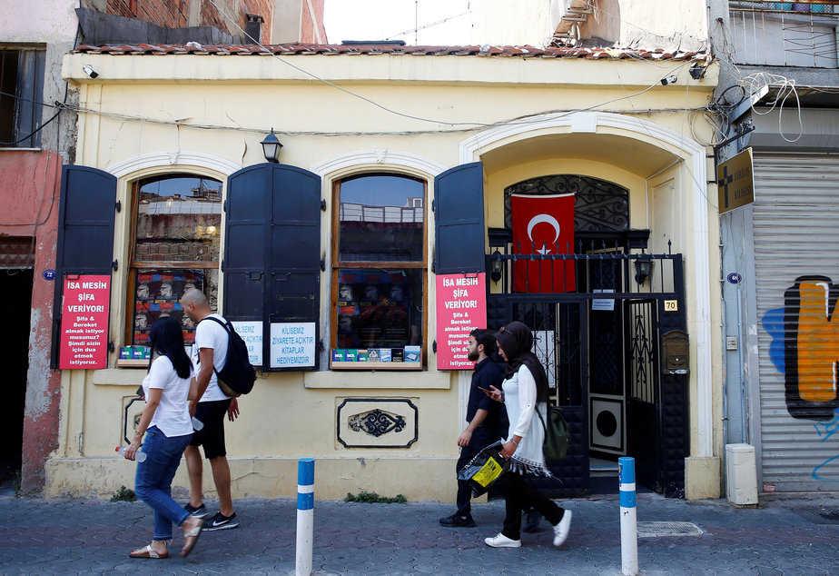 Personas caminan frente a la Iglesia de Resurrección, conocida como Dirilis Kilisesi, en Izmir, Turquía