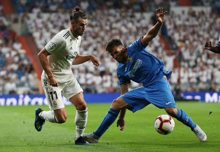 Soccer Football - La Liga Santander - Real Madrid vs Getafe - Santiago Bernabeu, Madrid, Spain - August 19, 2018   Real Madrid's Gareth Bale in action with Getafe's Leandro Cabrera    REUTERS/Sergio Perez