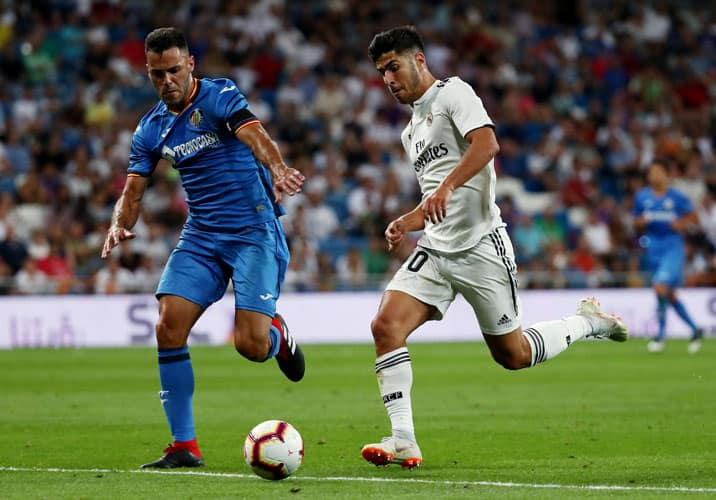 Soccer Football - La Liga Santander - Real Madrid vs Getafe - Santiago Bernabeu, Madrid, Spain - August 19, 2018   Real Madrid's Marco Asensio in action with Getafe's Bruno    REUTERS/Sergio Perez