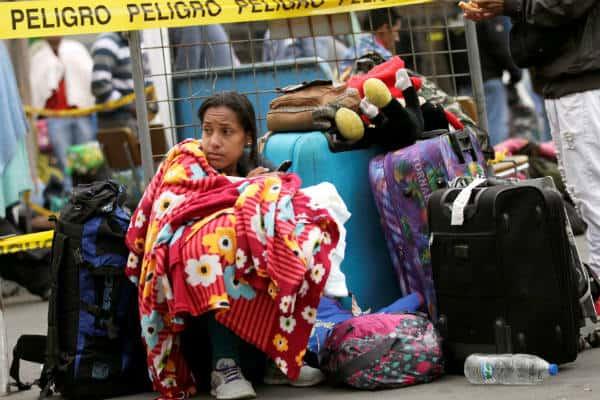 Decenas de venezolanos huyen de la miseria económica hacia Ecuador sin pasaporte