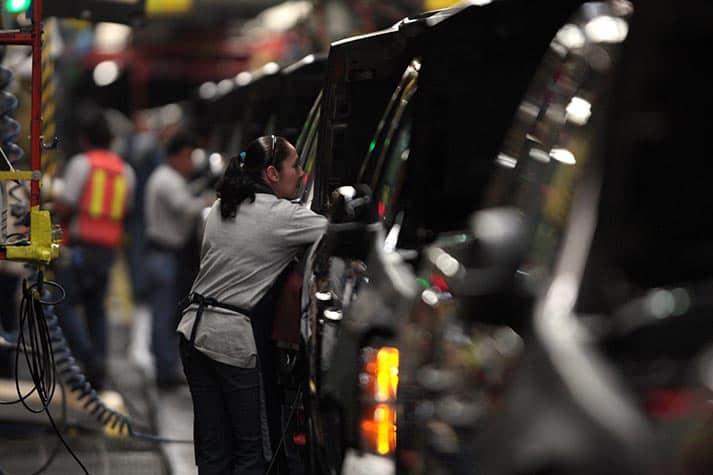 En la imagen de archivo, trabajadores de fábrica trabajan en la planta de producción de General Motors en la ciudad de Silao, estado de Guanajuato, México, 25 de noviembre de 2008. REUTERS/Henry Romero