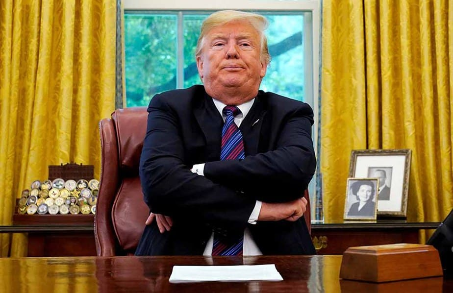 En la imagen, el presidente de Estados Unidos, Donald Trump, se sienta en su despacho para anunciar un acuerdo comercial con México en la Casa Blanca de Washington, el 27 de agosto de 2018.  REUTERS/Kevin Lamarque