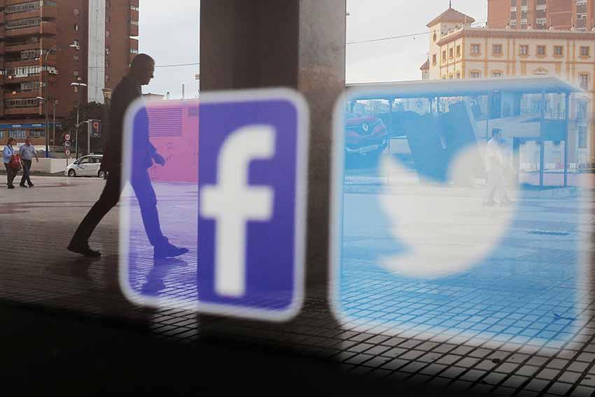 En la imagen de archivo, logos de Facebook y Twitter en una ventana en Málaga, España. REUTERS/Jon Nazca