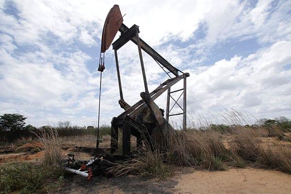 Se ve una toma de la bomba de aceite no operativa cerca de Atapirire, Venezuela, 10 de mayo de 2018. REUTERS / William Urdaneta