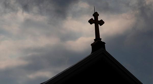 Un informe de 884 reveló que al menos 301 sacerdotes abusaron sexualmente de niños durante un período de 70 años.