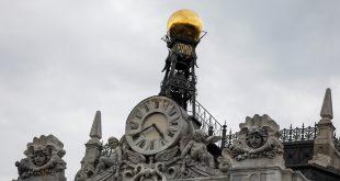 La Comisión Europea propondrá acabar con el cambio de hora en Europa. Imagen del reloj del Banco de España en Madrid (Reuters)