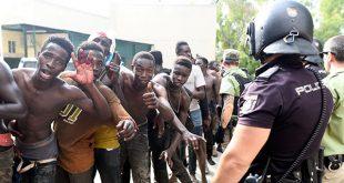 España expulsó a los inmigrantes que trataron de saltar la valla fronteriza de Ceuta mientras confrontaban las fuerzas policiales