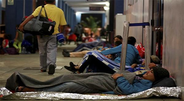 Venezolanos en el Centro Binacional de Servicios Fronterizos del Perú, en la frontera con Ecuador, en Tumbes, Perú (Reuters)