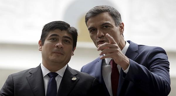 El presidente de Costa Rica, Carlos Alvarado (izquierda) junto al jefe del gobierno español Pedro Sánchez (Reuters)