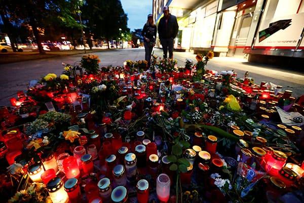 Velas y flores se ven en la escena del crimen donde un hombre alemán fue apuñalado en Chemnitz, Alemania, el 30 de agosto de 2018. REUTERS/Hannibal Hanschke
