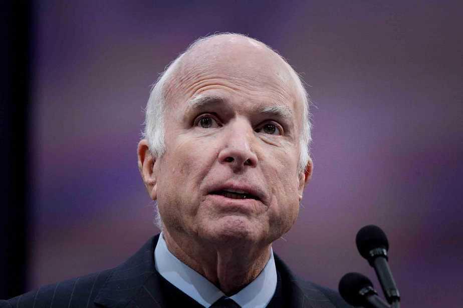 """El senador de los Estados Unidos John McCain habla después de haber sido galardonado con la """"Medalla de la Libertad 2017"""" por el exvicepresidente de los Estados Unidos Joe Biden en el Independence Hall en Filadelfia, Pensilvania, EE UU, 16 de octubre de 2017. REUTERS / Charles Mostoller"""