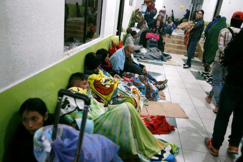 Migrantes venezolanos se refugian dentro del edificio del Centro Internacional de Servicios Fronterizos en el Puente Internacional Rumichaca, en Tulcan, Ecuador/Reuters/Archivo