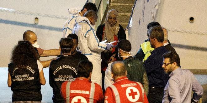 Italia desembarca a 150 inmigrantes varados desde hace 5 días en un puerto siciliano