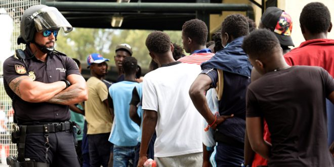 Unos 100 inmigrantes subsaharianos logran saltar la valla fronteriza de Ceuta