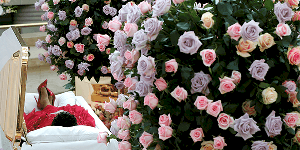 El cuerpo de la fallecida cantante Aretha Franklin se encuentra en el Museo Charles H. Wright de Historia Afroamericana durante dos días de público en Detroit / Reuters