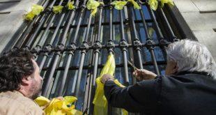 El organismo policial de la Generalitat, los Mossos d'Esquadra, identificaron a 14 personas mientras quitaban lazos amarillos